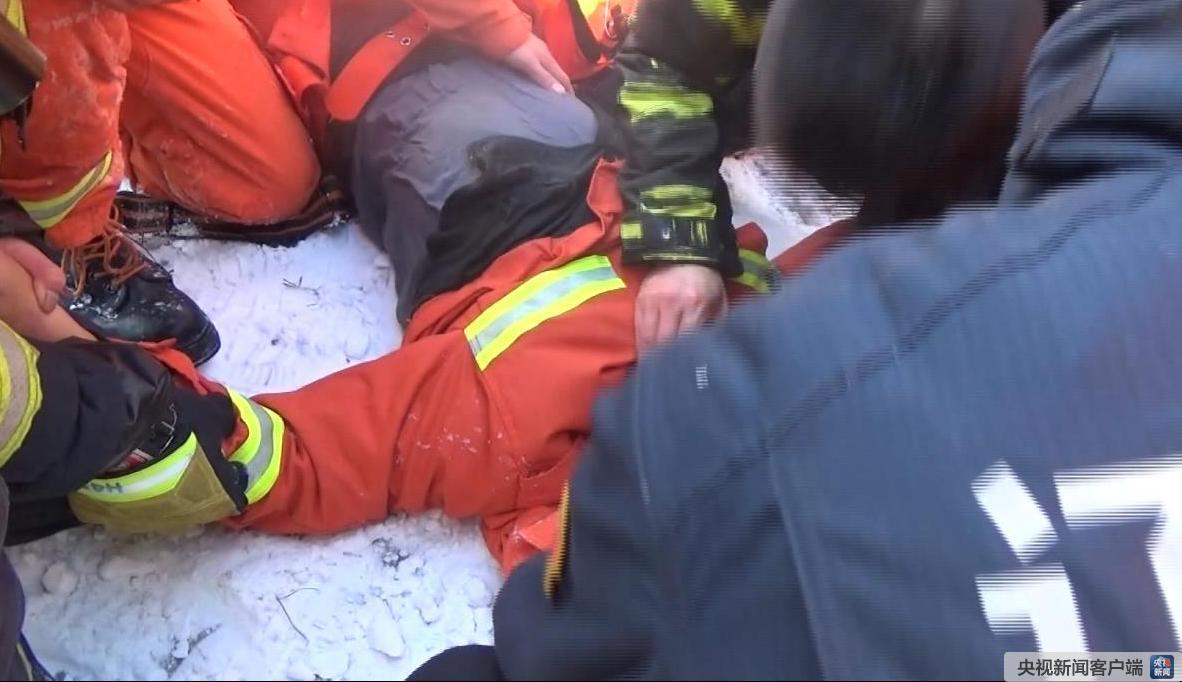 95后消防员救60岁老人不幸牺牲 被授予烈士称号 追认中共党员|消防员|老人|烈士