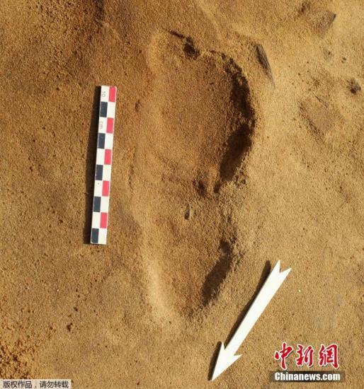 圖爲法國勒羅澤市考古遺址發現的尼安德特人的腳印。