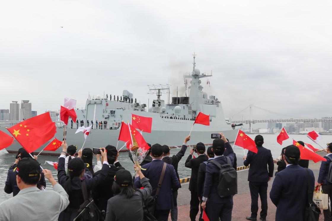 10月16日,在日本东京晴海码头,人们欢送中国海军太原舰。 新华社 图