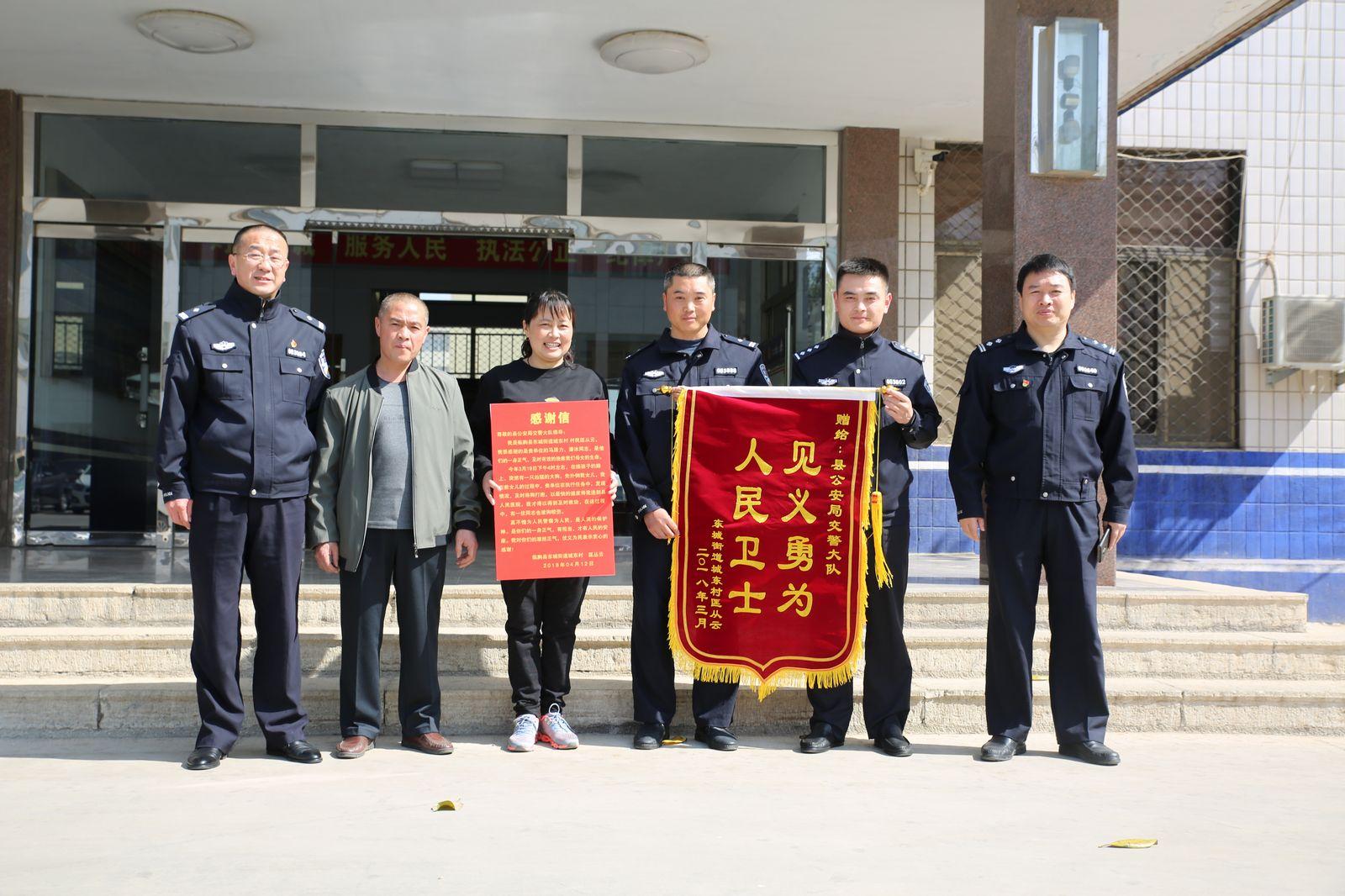 潍坊临朐交警两辅警勇斗猛犬救母女