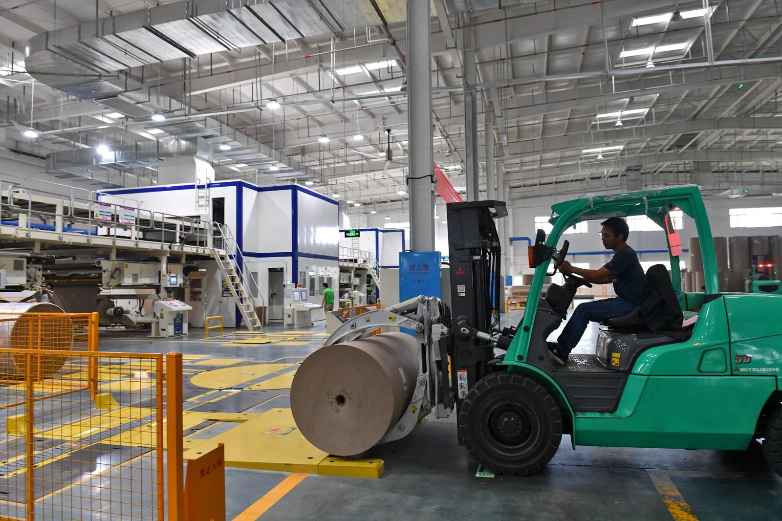 """2吨重的纸卷自己送上门 长沙这座""""黑灯工厂""""把生产交给了机器"""