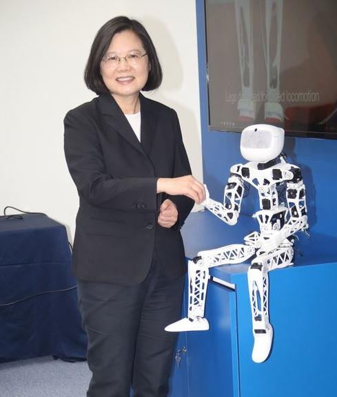蔡英文与机器人握手。(图片来源:台媒)