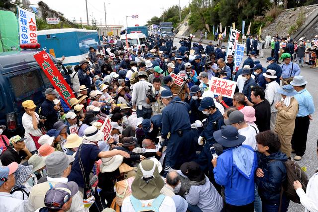 冲绳民众反对美军普天间基地搬迁(图来自日本《朝日新闻》)