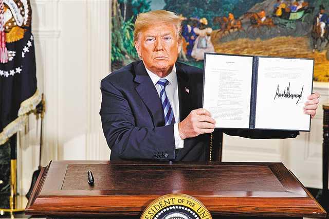 特朗普展示签署的美国退出伊核协议的文件(图:美联)