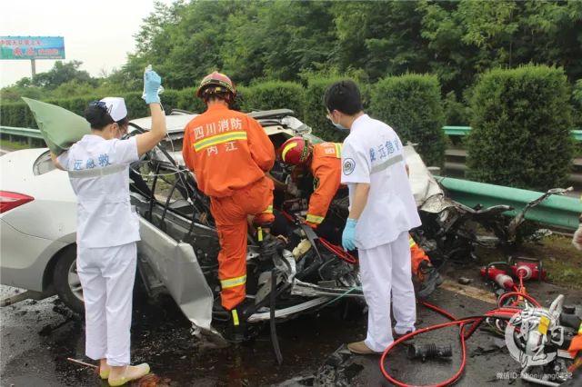 成自泸高速货车冲到对面车道侧翻 致1死9伤