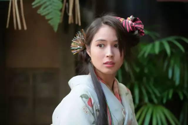 接着在《侦探最快》中,饰演继承了5兆日元遗产的女大学生。