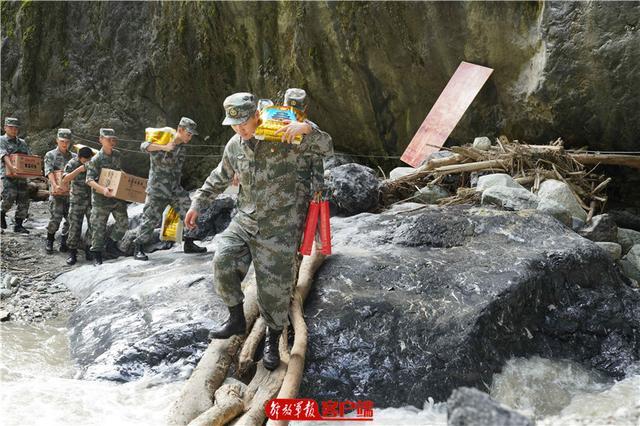 跋山涉水 川藏兵站部官兵将温暖送到山洪灾区