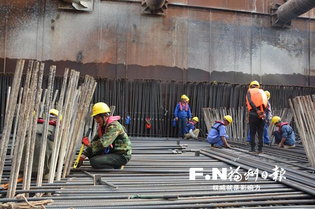 工人们正在进行主墩承台施工。