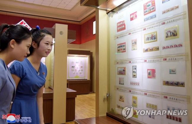 4日,朝鲜举办庆祝国庆71周年邮票展活动(朝中社)