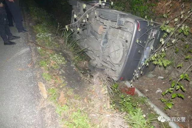 来宾一面包车自翻跌入沟中,司机竟毫无在意,