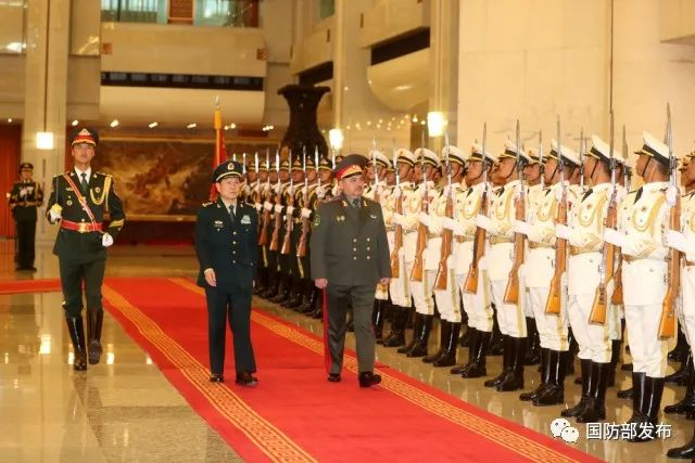 会谈开始前,魏凤和为阿济佐夫举行欢迎仪式,并陪同检阅中国人民解放军三军仪仗队。张宇 摄