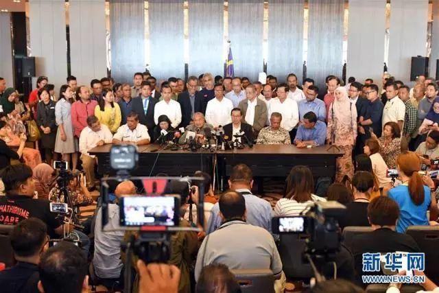 5月10日,在马来西亚必打灵查亚,马来西亚前总理马哈蒂尔(中)出席新闻发布会。新华社
