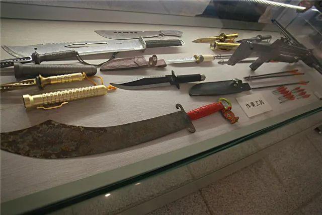▲犯罪团伙的作案工具、武器
