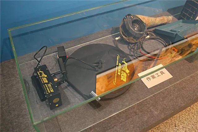 ▲盗墓者使用的现代工具——金属探测仪