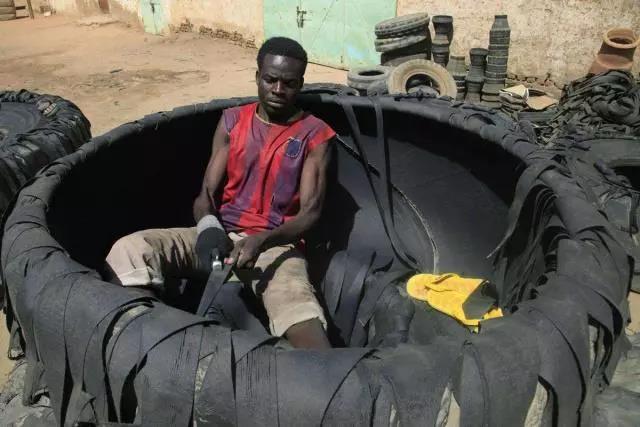 """非洲小哥靠从中国买""""垃圾""""致富:徒手用废轮胎做凉鞋,10分钟做一双,50年穿不坏!"""