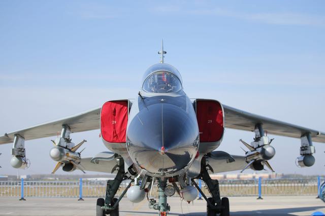 飞豹战机敞开让你看 满满的都是威慑力 工艺好到不像是老型号