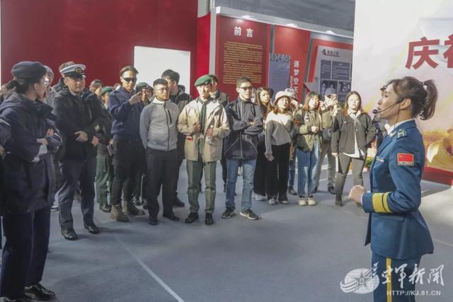 港澳青年代表观摩空军航空开放活动:祝福人民空军70年生日快乐