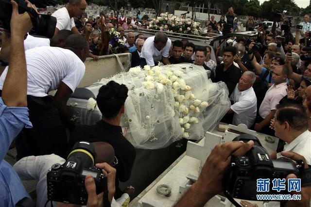 两万多古巴民众向芭蕾舞大师阿隆索遗体告别