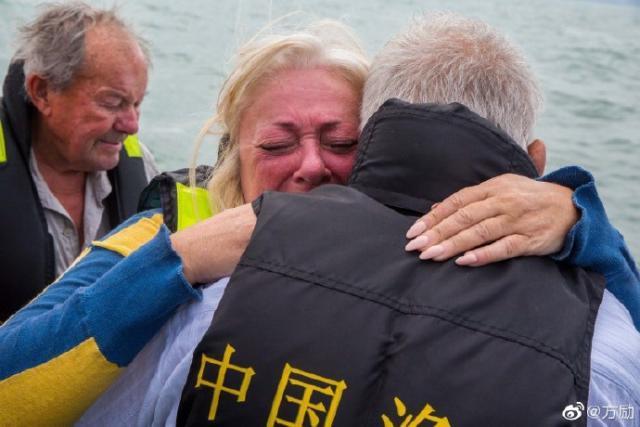 """""""里斯本丸""""遇难英军战俘子女抵沉船现场祭拜父亲 感谢中国渔民"""