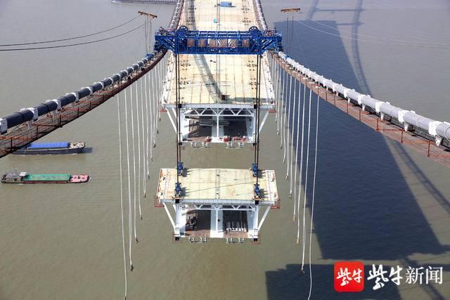 镇江五峰山长江大桥中跨钢梁架设过半