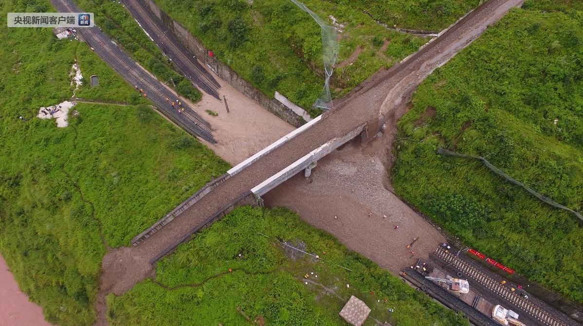 泥石流致成昆铁路行车中断 多趟列车回始发地(图)