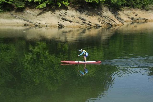 皮划艇、桨板、独木舟……千岛湖红叶湾的五一水上旅行,他们玩出了N种花样