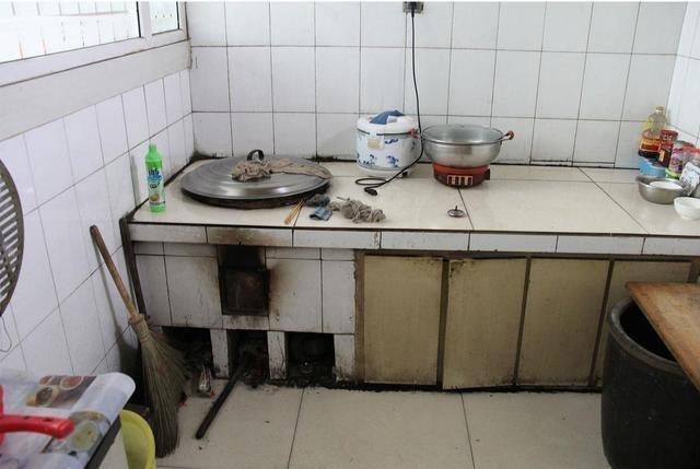 烧柴火做饭可是有着深刻的回忆现在很多农村的家里仍在用着老式的灶台图片