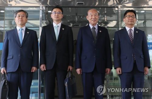 资料图:6月21日,在首尔南北会谈本部,红十字会会谈韩方代表团合影留念。右二为大韩红十字会会长朴庚绪。(图片来源:韩联社)
