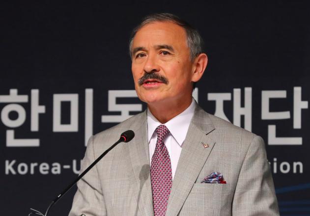 """韩国多人翻墙进入美大使官邸 抗议""""保护费""""涨价"""