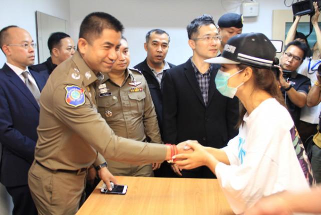 女事主与泰国警方握手致谢(泰国民族报)