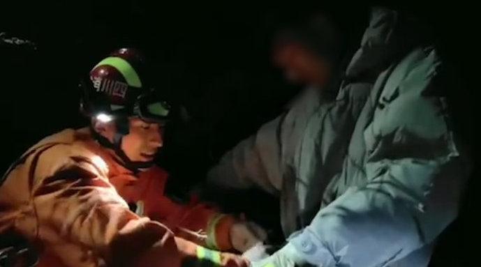 大学生深夜被困山顶9小时:想来看看雪