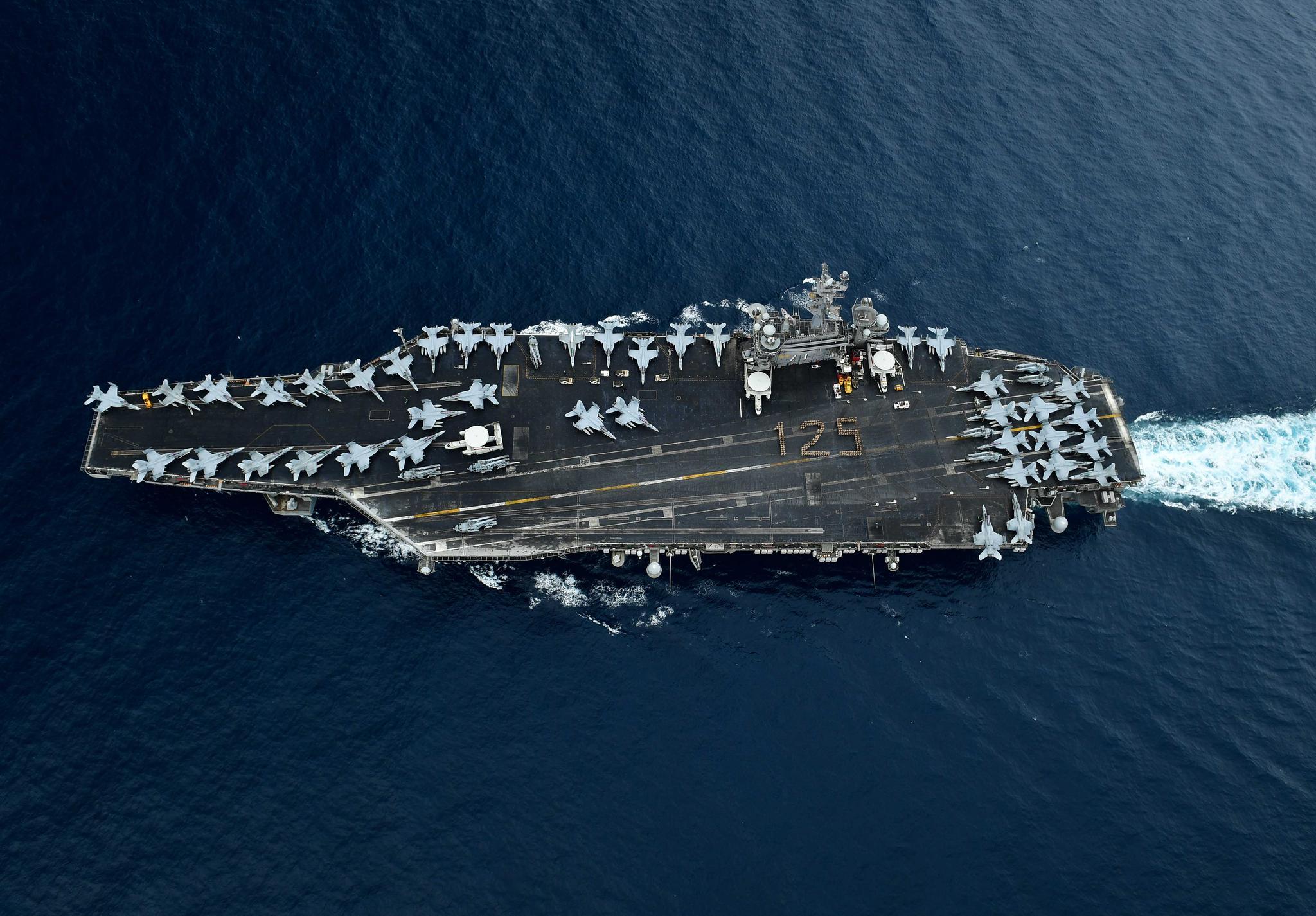 """4月1日是美国海军""""军士长""""日,军士长制度最早成立于1893年,今年是该制度成立第125周年,图为""""罗斯福""""号航母官兵在甲板上站成125字样纪念该日,这是美国海军的传统之一"""