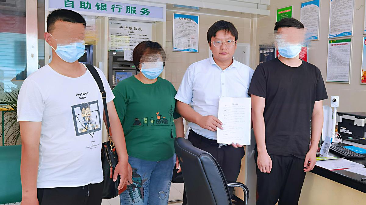 ▲申友證親屬與代理律師周兆成(左三)