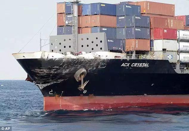 ▲上图:受损的军舰 下图:淡定的油轮