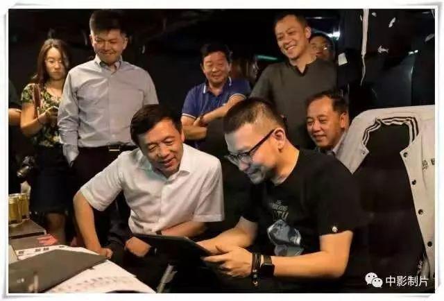 """图为2017年9月,张宏森到《流离天球》剧组""""探班""""。图/中影股分无限公司"""