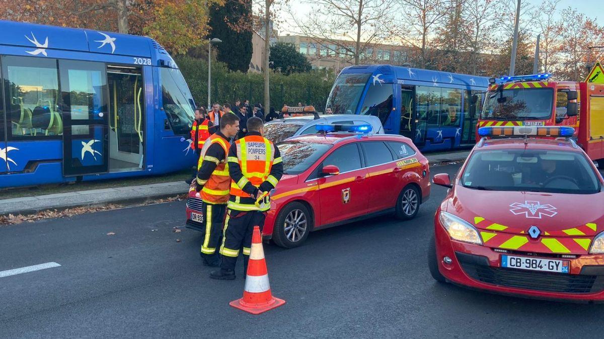 法国两辆有轨列车相撞 至少41人