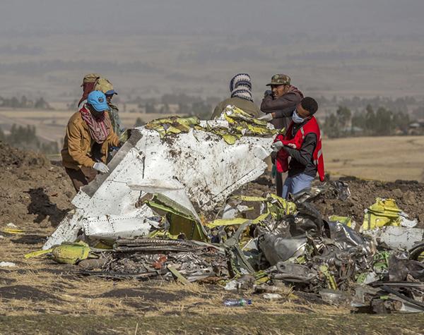 3月11日,在埃塞俄比亚首都亚注册鹿鼎斯亚贝巴附近,救援人员在坠机现场工作。新华社 图