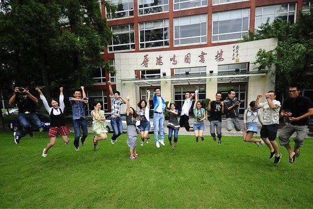 学子们在复旦大学新闻学院屠海鸣图书楼前