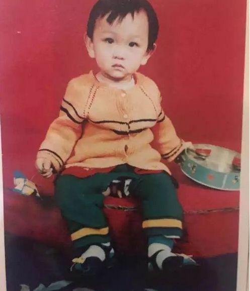 """▲朱晓娟的儿子""""刘金心""""幼时的照片。图源:澎湃新闻。"""
