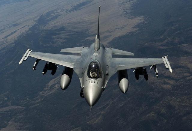 坠机在法国上演,一架F-16军演中失控坠毁,2名飞行员跳伞逃生