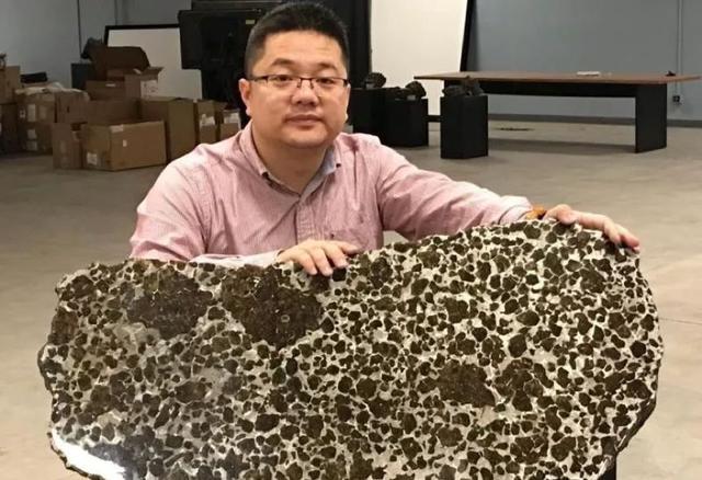 浙江80后收藏上万颗陨石,一颗陨石卖500万,每年花百万美金囤货
