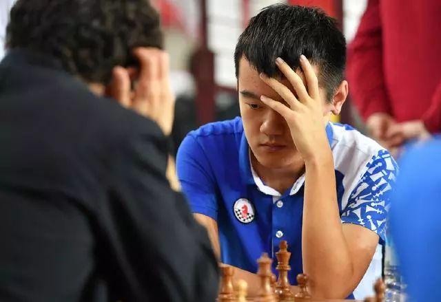 中国男队选手丁立人(右)在最后一轮比赛中。