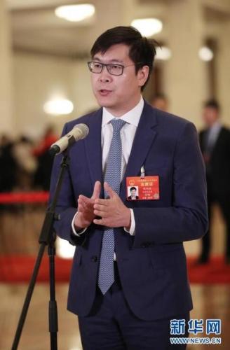 """3月8日,十三届全国人大二次会议在北京人民大会堂举行第二次全体会议。这是全国人大代表姚劲波在""""代表通道""""接受采访。 新华社记者 金立旺 摄 图片来源:新华网"""