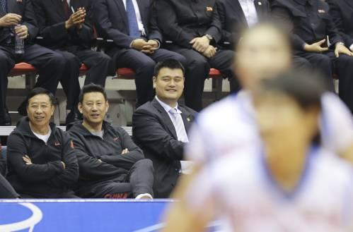 10月9日,中朝在平壤举行女篮混编友谊赛,图为中国篮协主席姚明(左三)与中国男篮主教练李楠(左二)在观看比赛。(新华社)