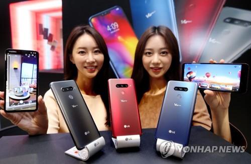 LG电子V40智能手机(图片来自韩联社网站)-电视与家电业务支撑 LG...