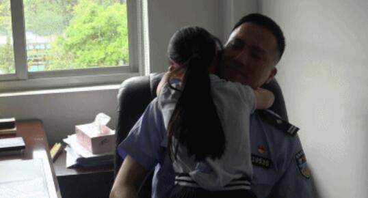 民警在办公室被人抱着一直亲!背后的故事又暖又辛酸