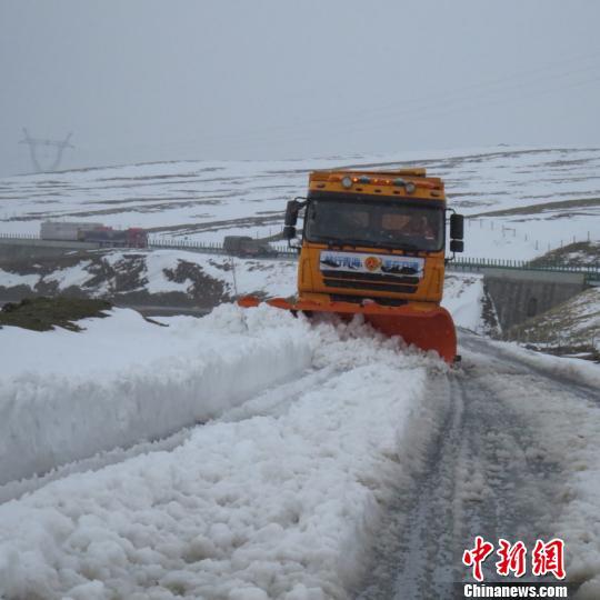图为玛多县境内出现短时积雪。 玛多宣传部供图