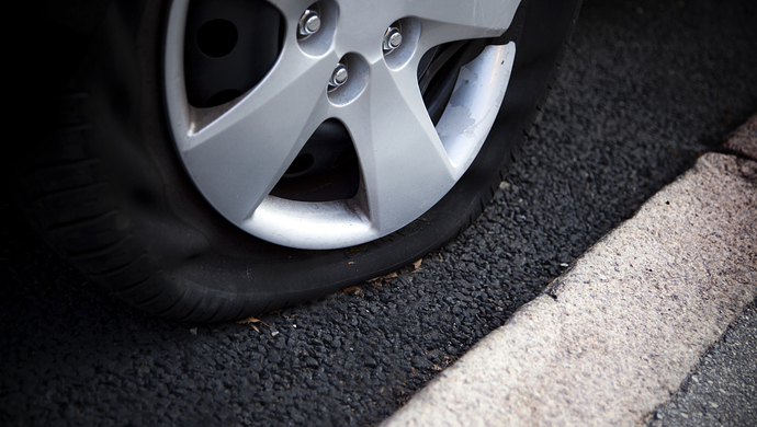 司机上坡路停车忘熄火撞伤自己 索赔保险40万被驳