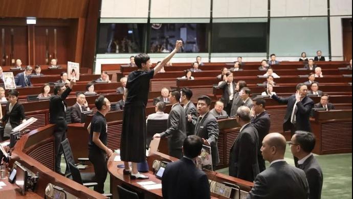 【上观直击香港】香港立法会瞠目结舌的一幕,如果发生在美国,佩洛西会放过这些人吗?