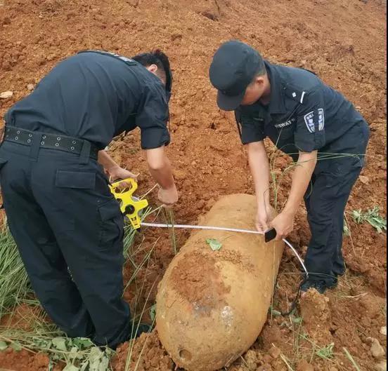 排爆民警近距离勘查炸弹